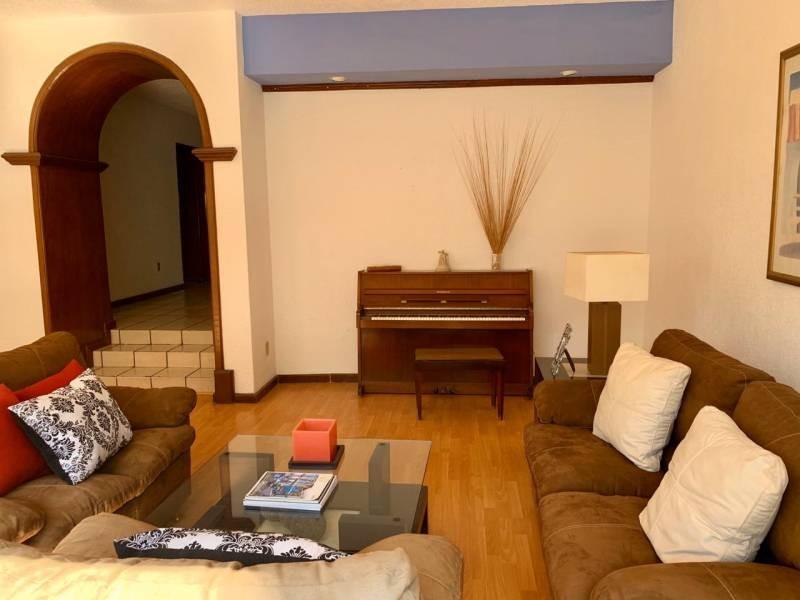 Casa en venta ubicada en la colonia San Wenceslao, cercana a la UAG. Se cuenta con 3 niveles en la propiedad. En la planta baja se tiene sala, comedor, amplio recibidor con espacio para muebles, terraza, jardín y 2 medios baños. En el segundo nivel se tienen 3 recámaras, cada una con closet y baño completo, además de una amplia sala para TV. Por último, en el tercer nivel se cuenta con un amplio cuarto de servicio y patio. 5