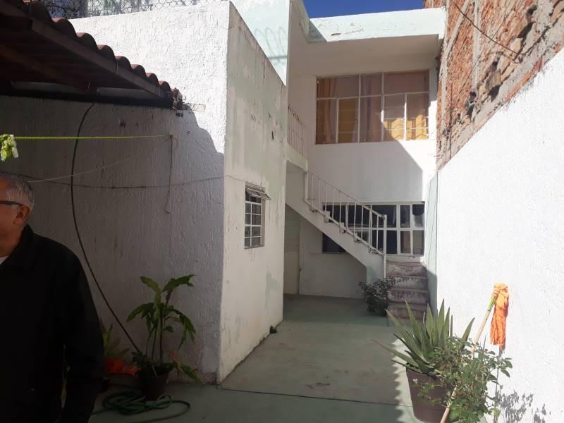 Casa con excelente terreno de 6x40 m. Cuenta con cochera para 3 autos, 3 recámaras amplias, una bodega, patio central y espacios amplios. Casa para remodelar. 1