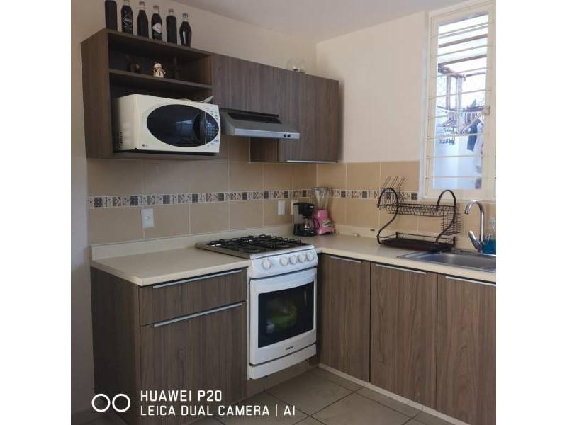 casa de dos recamaras,  sala y comedor,  cocina integral, con  mosquiteros, un  baño  con  cristal,  área de lavado  techada. protección en  escalera   5