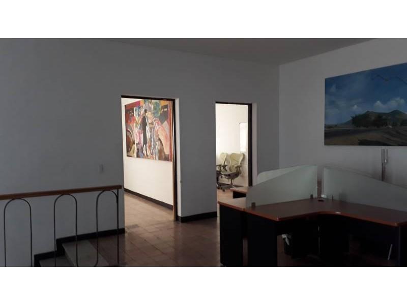 Casa en venta en el fracc, Vallarta a dos cuadras de Av Vallarta y a 4 cuadras de la Minerva.  Casa en venta con un terreno de 529 m2 con 20 m de frente . La casa es de 2 niveles adaptada para oficinas . Planta Baja : Recepción , sala de juntas , cocina , comedor , 2 oficinas ,3.5 baños , 2 bodegas ,area de servicios. Estacionamiento 6 autos . Planta Alta : Distribuidor , , 5 áreas adaptadas como oficinas , 2.5 baños y terraza .   Si requiere mas espacio se vende Edificio contiguo con una superficie de terreno de 358 m2. 7