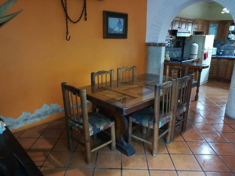 Propiedad comercial a un lado de Restaurant La I latina, a espaldas de Av. Inglaterra PB:COCHERA 2 AUTOS, jARDÍN,, SALA COMEDOR, ESTUDIO,COCINA INTEGRAL, PATIO SERVICIO CON BODEGA Y FUENTE, MEDIO BAÑO P.A.:3 RECAMARAS, UN BAÑO COMPLETO ROOF GARDEN: RECAMARA CON BAÑO COMPLETO 7