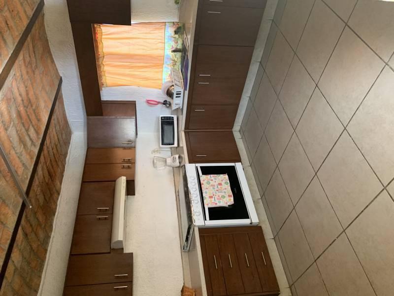 Casa en excelentes condiciones, con amplios espacios  Y un jardín grande. Cuenta con dos pisos  En planta baja 1 recámara  Sala-comedor, cocina, cuarto de estudio Planta alta 4 recamaras 1 baño completo  1 balcón  NTP/5 4