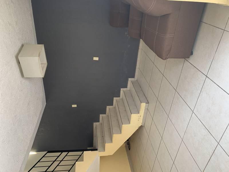 Casa en excelentes condiciones, con amplios espacios  Y un jardín grande. Cuenta con dos pisos  En planta baja 1 recámara  Sala-comedor, cocina, cuarto de estudio Planta alta 4 recamaras 1 baño completo  1 balcón  NTP/5 6
