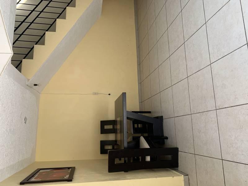 Casa en excelentes condiciones, con amplios espacios  Y un jardín grande. Cuenta con dos pisos  En planta baja 1 recámara  Sala-comedor, cocina, cuarto de estudio Planta alta 4 recamaras 1 baño completo  1 balcón  NTP/5 7