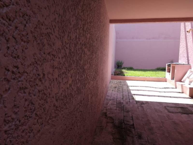 Casa Venta En Villa Universitaria. Bonita casa en una de las mejores zonas de Zapopan, sala, comedor independiente, cocina, hall, 1 habitación con vestidor y baño P.B P.A. 2 habitaciones cada una con baño y vestidor. Cuarto de servicio con baño. Cuenta con área de lavandería y jardín, garaje para 2 autos en batería. Tiene crédito hipotecario con Bancomer por $ 450,000.00 12