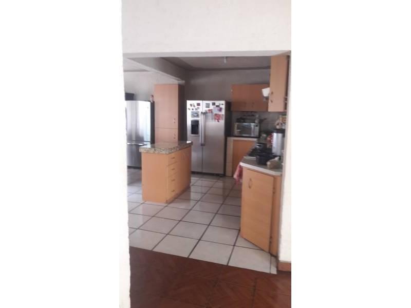 Casa en venta colonia Zona Industrial de Guadalajara. con las siguientes características: Superficie Terreno: 317.79 m2  Superficie construida aprox. : 350 m2  7 Habitaciones 3 baños completos (1 jacuzzi con hidromasaje) 2 salas cocina comedor patio cochera 2 autos 2 pisos (plantas) cuarto de lavado Terraza N DE LA PROPIEDAD   4