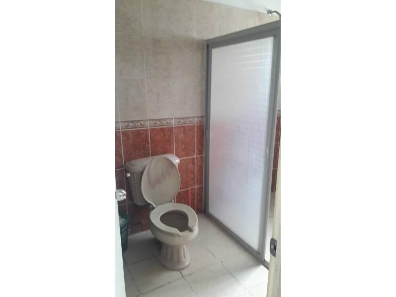 Casa en venta colonia Zona Industrial de Guadalajara. con las siguientes características: Superficie Terreno: 317.79 m2  Superficie construida aprox. : 350 m2  7 Habitaciones 3 baños completos (1 jacuzzi con hidromasaje) 2 salas cocina comedor patio cochera 2 autos 2 pisos (plantas) cuarto de lavado Terraza N DE LA PROPIEDAD   6