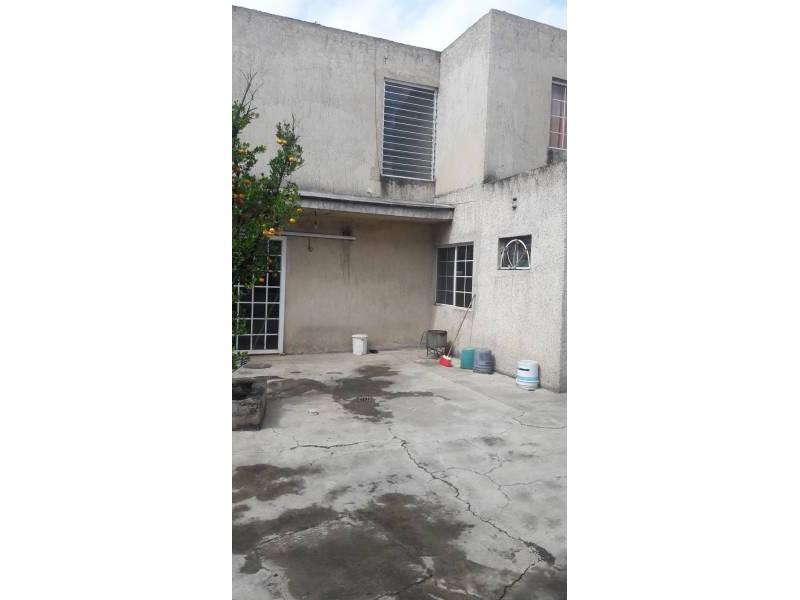 Casa en venta colonia Zona Industrial de Guadalajara. con las siguientes características: Superficie Terreno: 317.79 m2  Superficie construida aprox. : 350 m2  7 Habitaciones 3 baños completos (1 jacuzzi con hidromasaje) 2 salas cocina comedor patio cochera 2 autos 2 pisos (plantas) cuarto de lavado Terraza N DE LA PROPIEDAD   10