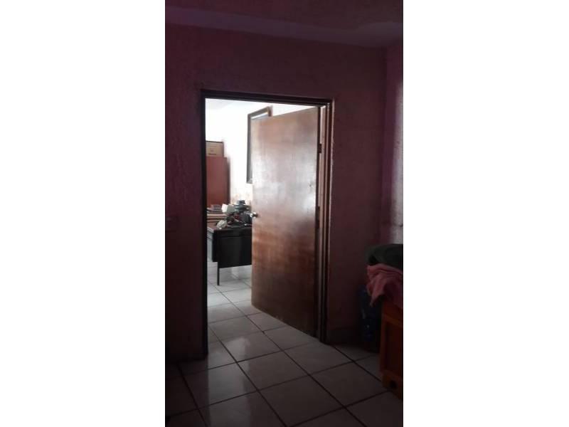Casa en venta colonia Zona Industrial de Guadalajara. con las siguientes características: Superficie Terreno: 317.79 m2  Superficie construida aprox. : 350 m2  7 Habitaciones 3 baños completos (1 jacuzzi con hidromasaje) 2 salas cocina comedor patio cochera 2 autos 2 pisos (plantas) cuarto de lavado Terraza N DE LA PROPIEDAD   12