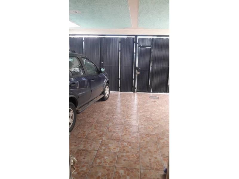 Casa en venta colonia Zona Industrial de Guadalajara. con las siguientes características: Superficie Terreno: 317.79 m2  Superficie construida aprox. : 350 m2  7 Habitaciones 3 baños completos (1 jacuzzi con hidromasaje) 2 salas cocina comedor patio cochera 2 autos 2 pisos (plantas) cuarto de lavado Terraza N DE LA PROPIEDAD   26