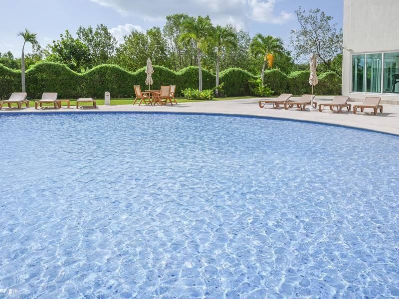 MLS-DCA203  Excelente oportunidad de inversion, Condo a la venta en Cancun  Departamento de lujo ubicado dentro de Puerto Cancun, un residencial privado cerca de las zonas mas exclusivas de Cancun. Este desarrollo cuenta con acabados que destacan la exclusividad y confort. Sus amplias terrazas te permiten disfrutar de un hermoso paisaje y de una convivencia al aire libre.  Cuenta con amplios jardines, un lobby y gimnasio. Fuera de la torre, se encuentra una piscina de nado y una alberca recreativa, un asoleadero, baños y áreas de convivencia donde el verde predomina con su bella vista al campo de golf. Este departamento te frece extraordinarias amenidades con espacios amplios en un ambiente agradable donde encontrarás sin duda, tranquilidad y confort.  amenidades   • Seguridad 24/7  • Lobby  • Cuarto de juegos  • Alberca de nado y recreativa  • Asoleadero  • Grandes jardines  • Spa y sauna  • Gym  • Cancha de Paddle Tennis  • Cancha de fútbol y basquetbol  • Business center  • Kids club  • Salón de usos múltiples  • Bodega  • Estacionamiento  • subterráneo y de visita  2 recamaras 2 baños 158 m2 $ 6,901,000 MXN ($ 363,211 USD)  3 PENTHOUSE recamaras 3 y un medio baño 313 m2 $ 12,844,000 MXN ($ 676,000 USD)  El precio puede cambiar de acuerdo a la disponibilidad, demanda y al avance de la obra, contactanos para confirmar el precio actual.   #iowncancun #cancunrealstate #cancuncondos  #puertocancun #cancuncondominiums #cancunbroker #cancunlisting #cancunrealty #cancun #cancunlifestyle #Luxurycancun  16