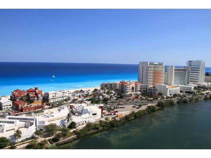 MLS-DCA203  Excelente oportunidad de inversion, Condo a la venta en Cancun  Departamento de lujo ubicado dentro de Puerto Cancun, un residencial privado cerca de las zonas mas exclusivas de Cancun. Este desarrollo cuenta con acabados que destacan la exclusividad y confort. Sus amplias terrazas te permiten disfrutar de un hermoso paisaje y de una convivencia al aire libre.  Cuenta con amplios jardines, un lobby y gimnasio. Fuera de la torre, se encuentra una piscina de nado y una alberca recreativa, un asoleadero, baños y áreas de convivencia donde el verde predomina con su bella vista al campo de golf. Este departamento te frece extraordinarias amenidades con espacios amplios en un ambiente agradable donde encontrarás sin duda, tranquilidad y confort.  amenidades   • Seguridad 24/7  • Lobby  • Cuarto de juegos  • Alberca de nado y recreativa  • Asoleadero  • Grandes jardines  • Spa y sauna  • Gym  • Cancha de Paddle Tennis  • Cancha de fútbol y basquetbol  • Business center  • Kids club  • Salón de usos múltiples  • Bodega  • Estacionamiento  • subterráneo y de visita  2 recamaras 2 baños 158 m2 $ 6,901,000 MXN ($ 363,211 USD)  3 PENTHOUSE recamaras 3 y un medio baño 313 m2 $ 12,844,000 MXN ($ 676,000 USD)  El precio puede cambiar de acuerdo a la disponibilidad, demanda y al avance de la obra, contactanos para confirmar el precio actual.   #iowncancun #cancunrealstate #cancuncondos  #puertocancun #cancuncondominiums #cancunbroker #cancunlisting #cancunrealty #cancun #cancunlifestyle #Luxurycancun  24
