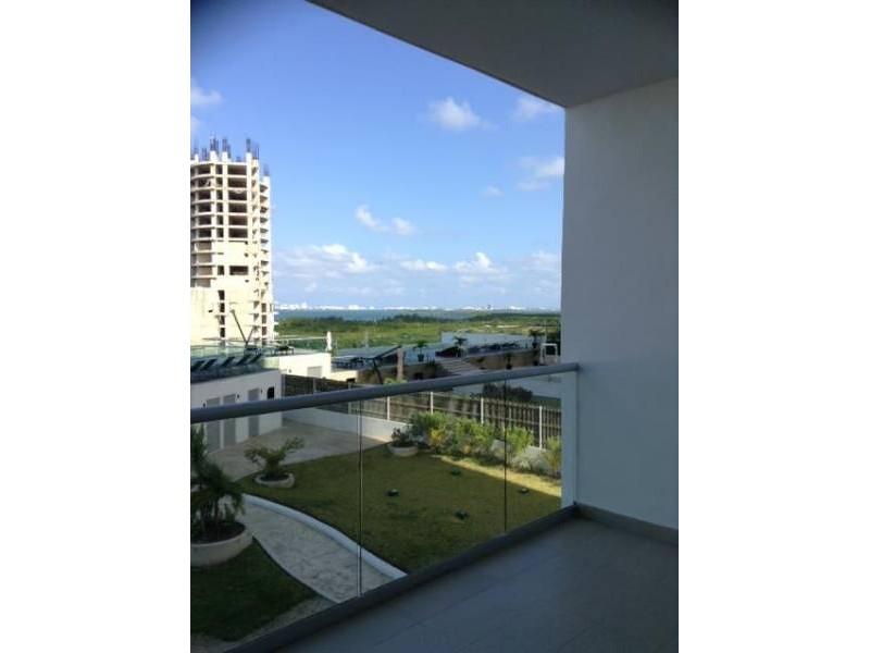 """El departamento se encuentra en el Desarrollo Habitacional-residencial posiblemente mas importante de Cancún """"MALECÓN AMÉRICAS"""", que es un conjunto de torres de departamentos, Hotel, y la Plaza Comercial mas importante de Cancún. Todos los departamentos tienen estacionamiento techado y elevadores que lo llevan a la puerta de su Departamento, de una manera sencilla y confiable. Seguridad y acceso controlado con dos filtros de acceso uno en la planta baja al ingresar al estacionamiento y otro en el lobby de cada Torre.    2"""