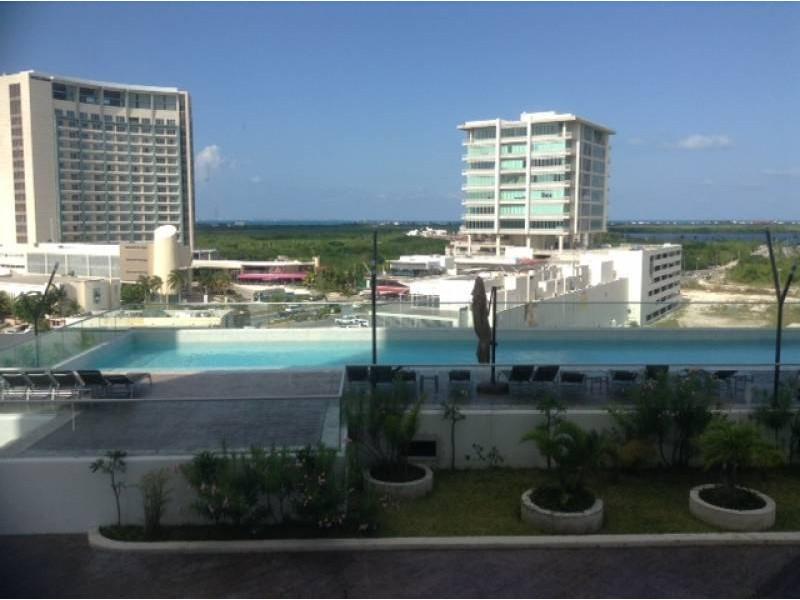 """El departamento se encuentra en el Desarrollo Habitacional-residencial posiblemente mas importante de Cancún """"MALECÓN AMÉRICAS"""", que es un conjunto de torres de departamentos, Hotel, y la Plaza Comercial mas importante de Cancún.  Todos los departamentos tienen estacionamiento techado y elevadores que lo llevan a la puerta de su Departamento, de una manera sencilla y confiable.  Todos los departamentos tienen una espectacular vista de la laguna y del mar Caribe, estando en el centro de Cancún.  115.29 M2  2 Recámaras, la principal con vestidor y baño  2 Baños  Sala, Comedor, Terraza con vista panorámica, Cocina integral, Patio de servicio, A/A  2 Cajones de estacionamiento techado en el nivel 3 La torre cuenta con Alberca, Palapa, Gym, Salón de eventos.   INFORMES AL 3331702829 GARI Y ASOCIADOS  1"""
