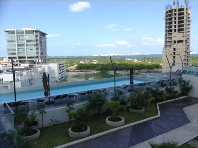 """El departamento se encuentra en el Desarrollo Habitacional-residencial posiblemente mas importante de Cancún """"MALECÓN AMÉRICAS"""", que es un conjunto de torres de departamentos, Hotel, y la Plaza Comercial mas importante de Cancún.  Todos los departamentos tienen estacionamiento techado y elevadores que lo llevan a la puerta de su Departamento, de una manera sencilla y confiable.  Todos los departamentos tienen una espectacular vista de la laguna y del mar Caribe, estando en el centro de Cancún.  115.29 M2  2 Recámaras, la principal con vestidor y baño  2 Baños  Sala, Comedor, Terraza con vista panorámica, Cocina integral, Patio de servicio, A/A  2 Cajones de estacionamiento techado en el nivel 3 La torre cuenta con Alberca, Palapa, Gym, Salón de eventos.   INFORMES AL 3331702829 GARI Y ASOCIADOS  2"""