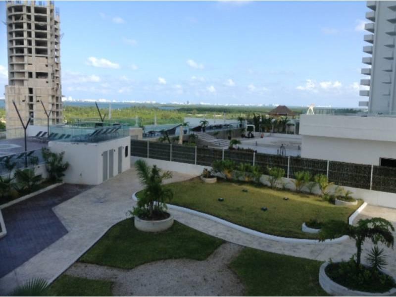 """El departamento se encuentra en el Desarrollo Habitacional-residencial posiblemente mas importante de Cancún """"MALECÓN AMÉRICAS"""", que es un conjunto de torres de departamentos, Hotel, y la Plaza Comercial mas importante de Cancún.  Todos los departamentos tienen estacionamiento techado y elevadores que lo llevan a la puerta de su Departamento, de una manera sencilla y confiable.  Todos los departamentos tienen una espectacular vista de la laguna y del mar Caribe, estando en el centro de Cancún.  115.29 M2  2 Recámaras, la principal con vestidor y baño  2 Baños  Sala, Comedor, Terraza con vista panorámica, Cocina integral, Patio de servicio, A/A  2 Cajones de estacionamiento techado en el nivel 3 La torre cuenta con Alberca, Palapa, Gym, Salón de eventos.   INFORMES AL 3331702829 GARI Y ASOCIADOS  3"""