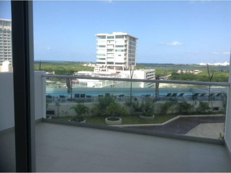 """El departamento se encuentra en el Desarrollo Habitacional-residencial posiblemente mas importante de Cancún """"MALECÓN AMÉRICAS"""", que es un conjunto de torres de departamentos, Hotel, y la Plaza Comercial mas importante de Cancún.  Todos los departamentos tienen estacionamiento techado y elevadores que lo llevan a la puerta de su Departamento, de una manera sencilla y confiable.  Todos los departamentos tienen una espectacular vista de la laguna y del mar Caribe, estando en el centro de Cancún.  115.29 M2  2 Recámaras, la principal con vestidor y baño  2 Baños  Sala, Comedor, Terraza con vista panorámica, Cocina integral, Patio de servicio, A/A  2 Cajones de estacionamiento techado en el nivel 3 La torre cuenta con Alberca, Palapa, Gym, Salón de eventos.   INFORMES AL 3331702829 GARI Y ASOCIADOS  4"""