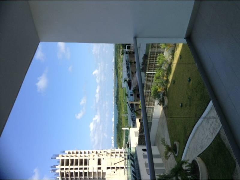 """El departamento se encuentra en el Desarrollo Habitacional-residencial posiblemente mas importante de Cancún """"MALECÓN AMÉRICAS"""", que es un conjunto de torres de departamentos, Hotel, y la Plaza Comercial mas importante de Cancún.  Todos los departamentos tienen estacionamiento techado y elevadores que lo llevan a la puerta de su Departamento, de una manera sencilla y confiable.  Todos los departamentos tienen una espectacular vista de la laguna y del mar Caribe, estando en el centro de Cancún.  115.29 M2  2 Recámaras, la principal con vestidor y baño  2 Baños  Sala, Comedor, Terraza con vista panorámica, Cocina integral, Patio de servicio, A/A  2 Cajones de estacionamiento techado en el nivel 3 La torre cuenta con Alberca, Palapa, Gym, Salón de eventos.   INFORMES AL 3331702829 GARI Y ASOCIADOS  5"""