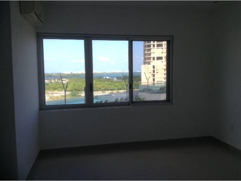 """El departamento se encuentra en el Desarrollo Habitacional-residencial posiblemente mas importante de Cancún """"MALECÓN AMÉRICAS"""", que es un conjunto de torres de departamentos, Hotel, y la Plaza Comercial mas importante de Cancún.  Todos los departamentos tienen estacionamiento techado y elevadores que lo llevan a la puerta de su Departamento, de una manera sencilla y confiable.  Todos los departamentos tienen una espectacular vista de la laguna y del mar Caribe, estando en el centro de Cancún.  115.29 M2  2 Recámaras, la principal con vestidor y baño  2 Baños  Sala, Comedor, Terraza con vista panorámica, Cocina integral, Patio de servicio, A/A  2 Cajones de estacionamiento techado en el nivel 3 La torre cuenta con Alberca, Palapa, Gym, Salón de eventos.   INFORMES AL 3331702829 GARI Y ASOCIADOS  10"""