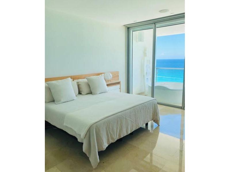 MLS-BRCA203    Departamento frente al mar venta en Emerald Cancun  Edificio frente al mar con 106 residencias de lujo.  Condominio de  3 recamaras con 3.5 baños, terraza con vista al Mar, terraza con vista a la Laguna, sala, comedor, ante comedor, sala de TV, cocina y cuarto de servicio y de lavado.  2 cajones de estacionamiento techados.  Acabados de lujo: Pisos de marmol en interiores y terraza  Cocina de lujo marca Miele  Terraza con jacuzzi vista al mar  Bodega  Amenidades : Motor Lobby Servicio de valet parking Spa Gimnasio y bańo de vapor Restaurante Cancha de tennis Cancha de Paddle tennis Alberca infinity con Camastros y sombrillas tipo lounge Jacuzzi exterior y techado Sala de usos multiples 80 metros de frente de playa Seguridad y circuito cerrado Elevador directo al condominio  3 Recamaras 3.5 Bańos Superficie: 300 m2 Precio: USD1,825,000 (34'675,000 PESOS)  Si deseas saber el inventario completo disponible en este edificio u otras opciones en la zona, contáctanos y te ofrecemos las mejores opciones del mercado. 4