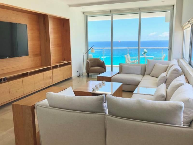 MLS-BRCA203    Departamento frente al mar venta en Emerald Cancun  Edificio frente al mar con 106 residencias de lujo.  Condominio de  3 recamaras con 3.5 baños, terraza con vista al Mar, terraza con vista a la Laguna, sala, comedor, ante comedor, sala de TV, cocina y cuarto de servicio y de lavado.  2 cajones de estacionamiento techados.  Acabados de lujo: Pisos de marmol en interiores y terraza  Cocina de lujo marca Miele  Terraza con jacuzzi vista al mar  Bodega  Amenidades : Motor Lobby Servicio de valet parking Spa Gimnasio y bańo de vapor Restaurante Cancha de tennis Cancha de Paddle tennis Alberca infinity con Camastros y sombrillas tipo lounge Jacuzzi exterior y techado Sala de usos multiples 80 metros de frente de playa Seguridad y circuito cerrado Elevador directo al condominio  3 Recamaras 3.5 Bańos Superficie: 300 m2 Precio: USD1,825,000 (34'675,000 PESOS)  Si deseas saber el inventario completo disponible en este edificio u otras opciones en la zona, contáctanos y te ofrecemos las mejores opciones del mercado. 5