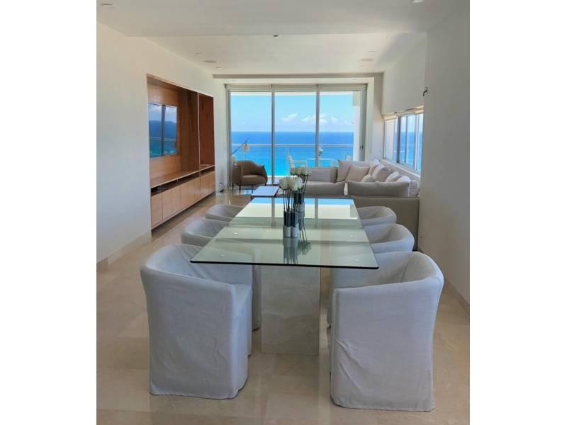 MLS-BRCA203    Departamento frente al mar venta en Emerald Cancun  Edificio frente al mar con 106 residencias de lujo.  Condominio de  3 recamaras con 3.5 baños, terraza con vista al Mar, terraza con vista a la Laguna, sala, comedor, ante comedor, sala de TV, cocina y cuarto de servicio y de lavado.  2 cajones de estacionamiento techados.  Acabados de lujo: Pisos de marmol en interiores y terraza  Cocina de lujo marca Miele  Terraza con jacuzzi vista al mar  Bodega  Amenidades : Motor Lobby Servicio de valet parking Spa Gimnasio y bańo de vapor Restaurante Cancha de tennis Cancha de Paddle tennis Alberca infinity con Camastros y sombrillas tipo lounge Jacuzzi exterior y techado Sala de usos multiples 80 metros de frente de playa Seguridad y circuito cerrado Elevador directo al condominio  3 Recamaras 3.5 Bańos Superficie: 300 m2 Precio: USD1,825,000 (34'675,000 PESOS)  Si deseas saber el inventario completo disponible en este edificio u otras opciones en la zona, contáctanos y te ofrecemos las mejores opciones del mercado. 6