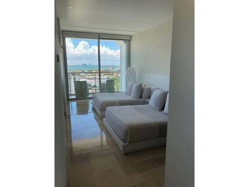 MLS-BRCA203    Departamento frente al mar venta en Emerald Cancun  Edificio frente al mar con 106 residencias de lujo.  Condominio de  3 recamaras con 3.5 baños, terraza con vista al Mar, terraza con vista a la Laguna, sala, comedor, ante comedor, sala de TV, cocina y cuarto de servicio y de lavado.  2 cajones de estacionamiento techados.  Acabados de lujo: Pisos de marmol en interiores y terraza  Cocina de lujo marca Miele  Terraza con jacuzzi vista al mar  Bodega  Amenidades : Motor Lobby Servicio de valet parking Spa Gimnasio y bańo de vapor Restaurante Cancha de tennis Cancha de Paddle tennis Alberca infinity con Camastros y sombrillas tipo lounge Jacuzzi exterior y techado Sala de usos multiples 80 metros de frente de playa Seguridad y circuito cerrado Elevador directo al condominio  3 Recamaras 3.5 Bańos Superficie: 300 m2 Precio: USD1,825,000 (34'675,000 PESOS)  Si deseas saber el inventario completo disponible en este edificio u otras opciones en la zona, contáctanos y te ofrecemos las mejores opciones del mercado. 10