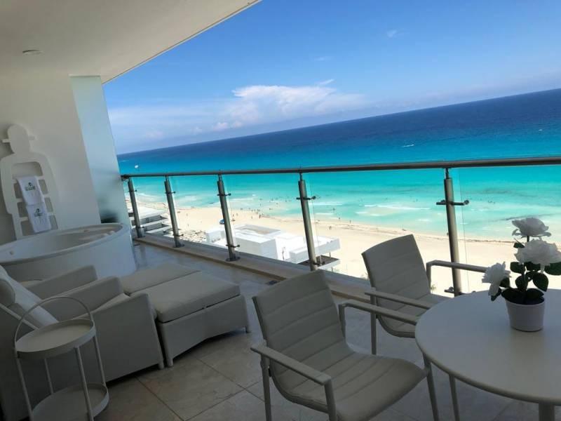 MLS-BRCA203    Departamento frente al mar venta en Emerald Cancun  Edificio frente al mar con 106 residencias de lujo.  Condominio de  3 recamaras con 3.5 baños, terraza con vista al Mar, terraza con vista a la Laguna, sala, comedor, ante comedor, sala de TV, cocina y cuarto de servicio y de lavado.  2 cajones de estacionamiento techados.  Acabados de lujo: Pisos de marmol en interiores y terraza  Cocina de lujo marca Miele  Terraza con jacuzzi vista al mar  Bodega  Amenidades : Motor Lobby Servicio de valet parking Spa Gimnasio y bańo de vapor Restaurante Cancha de tennis Cancha de Paddle tennis Alberca infinity con Camastros y sombrillas tipo lounge Jacuzzi exterior y techado Sala de usos multiples 80 metros de frente de playa Seguridad y circuito cerrado Elevador directo al condominio  3 Recamaras 3.5 Bańos Superficie: 300 m2 Precio: USD1,825,000 (34'675,000 PESOS)  Si deseas saber el inventario completo disponible en este edificio u otras opciones en la zona, contáctanos y te ofrecemos las mejores opciones del mercado. 11