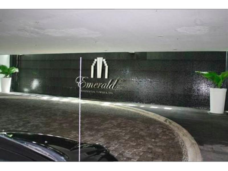 MLS-BRCA203    Departamento frente al mar venta en Emerald Cancun  Edificio frente al mar con 106 residencias de lujo.  Condominio de  3 recamaras con 3.5 baños, terraza con vista al Mar, terraza con vista a la Laguna, sala, comedor, ante comedor, sala de TV, cocina y cuarto de servicio y de lavado.  2 cajones de estacionamiento techados.  Acabados de lujo: Pisos de marmol en interiores y terraza  Cocina de lujo marca Miele  Terraza con jacuzzi vista al mar  Bodega  Amenidades : Motor Lobby Servicio de valet parking Spa Gimnasio y bańo de vapor Restaurante Cancha de tennis Cancha de Paddle tennis Alberca infinity con Camastros y sombrillas tipo lounge Jacuzzi exterior y techado Sala de usos multiples 80 metros de frente de playa Seguridad y circuito cerrado Elevador directo al condominio  3 Recamaras 3.5 Bańos Superficie: 300 m2 Precio: USD1,825,000 (34'675,000 PESOS)  Si deseas saber el inventario completo disponible en este edificio u otras opciones en la zona, contáctanos y te ofrecemos las mejores opciones del mercado. 22