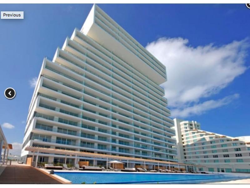MLS-BRCA203    Departamento frente al mar venta en Emerald Cancun  Edificio frente al mar con 106 residencias de lujo.  Condominio de  3 recamaras con 3.5 baños, terraza con vista al Mar, terraza con vista a la Laguna, sala, comedor, ante comedor, sala de TV, cocina y cuarto de servicio y de lavado.  2 cajones de estacionamiento techados.  Acabados de lujo: Pisos de marmol en interiores y terraza  Cocina de lujo marca Miele  Terraza con jacuzzi vista al mar  Bodega  Amenidades : Motor Lobby Servicio de valet parking Spa Gimnasio y bańo de vapor Restaurante Cancha de tennis Cancha de Paddle tennis Alberca infinity con Camastros y sombrillas tipo lounge Jacuzzi exterior y techado Sala de usos multiples 80 metros de frente de playa Seguridad y circuito cerrado Elevador directo al condominio  3 Recamaras 3.5 Bańos Superficie: 300 m2 Precio: USD1,825,000 (34'675,000 PESOS)  Si deseas saber el inventario completo disponible en este edificio u otras opciones en la zona, contáctanos y te ofrecemos las mejores opciones del mercado. 25