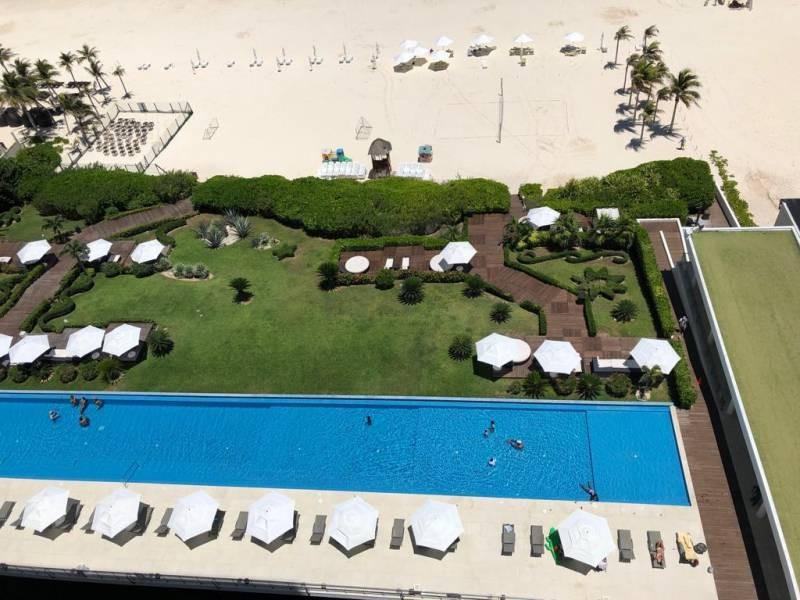MLS-BRCA203    Departamento frente al mar venta en Emerald Cancun  Edificio frente al mar con 106 residencias de lujo.  Condominio de  3 recamaras con 3.5 baños, terraza con vista al Mar, terraza con vista a la Laguna, sala, comedor, ante comedor, sala de TV, cocina y cuarto de servicio y de lavado.  2 cajones de estacionamiento techados.  Acabados de lujo: Pisos de marmol en interiores y terraza  Cocina de lujo marca Miele  Terraza con jacuzzi vista al mar  Bodega  Amenidades : Motor Lobby Servicio de valet parking Spa Gimnasio y bańo de vapor Restaurante Cancha de tennis Cancha de Paddle tennis Alberca infinity con Camastros y sombrillas tipo lounge Jacuzzi exterior y techado Sala de usos multiples 80 metros de frente de playa Seguridad y circuito cerrado Elevador directo al condominio  3 Recamaras 3.5 Bańos Superficie: 300 m2 Precio: USD1,825,000 (34'675,000 PESOS)  Si deseas saber el inventario completo disponible en este edificio u otras opciones en la zona, contáctanos y te ofrecemos las mejores opciones del mercado. 28