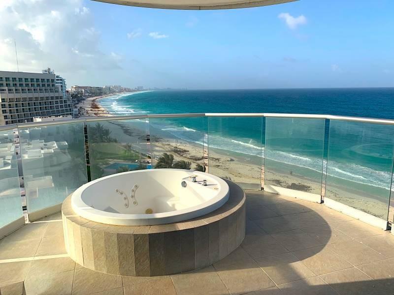MLS-BRCA205  Condominio de lujo en esquina a la venta en Lahia Cancun  Hermosa residencia de lujo frente al mar en Lahia Spa Residences con vistas panorámicas del Caribe y la Laguna. Ubicado en la Zona Hotelera de Cancún a solo 12 minutos del aeropuerto, cerca de restaurantes y tiendas, pero lejos del ruido de la zona de antros.  Todas las recamaras tienen balcón von vista al mar o la laguna.  Ventanas de piso a techo lo que permite entrada de luz natural.  Elevador con acceso directo al condominio.  140 metros de frente de playa, con area de palapas y camastros.  Recamara principal con acceso a terraza con vista al mar.  Detalles de la propiedad: Sala Comedor Sala de tv Cocina integral de madera con cubierta de granito  Terraza con jacuzzi frente al mar Cuarto de lavado  Amenidades: cancha de tenis  alberca infinity gimnasio de dos pisos con vista al mar spa con jacuzzi y areas privadas de masaje area de juegos infantiles  Area para adolescentes seguridad con acceso controlados  elevadores  Snack bar Restaurante Centro de negocios Playa privada con mobiliario y palapas  3 Recamaras 3 Bańos completos Superficie: 292 m2  Precio: 1'600,000 USD  (30'400,000 PESOS)  Si quieres conocer esta y otras propiedades en la zona hotelera de Cancun, comunícate con nosotros y con gusto te asesoramos. 1