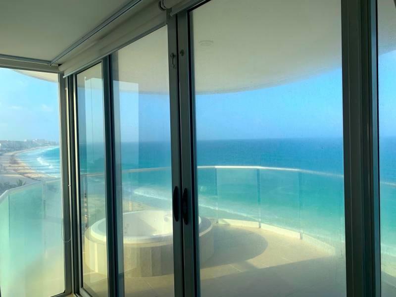 MLS-BRCA205  Condominio de lujo en esquina a la venta en Lahia Cancun  Hermosa residencia de lujo frente al mar en Lahia Spa Residences con vistas panorámicas del Caribe y la Laguna. Ubicado en la Zona Hotelera de Cancún a solo 12 minutos del aeropuerto, cerca de restaurantes y tiendas, pero lejos del ruido de la zona de antros.  Todas las recamaras tienen balcón von vista al mar o la laguna.  Ventanas de piso a techo lo que permite entrada de luz natural.  Elevador con acceso directo al condominio.  140 metros de frente de playa, con area de palapas y camastros.  Recamara principal con acceso a terraza con vista al mar.  Detalles de la propiedad: Sala Comedor Sala de tv Cocina integral de madera con cubierta de granito  Terraza con jacuzzi frente al mar Cuarto de lavado  Amenidades: cancha de tenis  alberca infinity gimnasio de dos pisos con vista al mar spa con jacuzzi y areas privadas de masaje area de juegos infantiles  Area para adolescentes seguridad con acceso controlados  elevadores  Snack bar Restaurante Centro de negocios Playa privada con mobiliario y palapas  3 Recamaras 3 Bańos completos Superficie: 292 m2  Precio: 1'600,000 USD  (30'400,000 PESOS)  Si quieres conocer esta y otras propiedades en la zona hotelera de Cancun, comunícate con nosotros y con gusto te asesoramos. 6