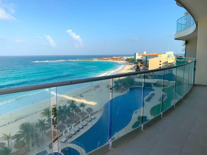 MLS-BRCA205  Condominio de lujo en esquina a la venta en Lahia Cancun  Hermosa residencia de lujo frente al mar en Lahia Spa Residences con vistas panorámicas del Caribe y la Laguna. Ubicado en la Zona Hotelera de Cancún a solo 12 minutos del aeropuerto, cerca de restaurantes y tiendas, pero lejos del ruido de la zona de antros.  Todas las recamaras tienen balcón von vista al mar o la laguna.  Ventanas de piso a techo lo que permite entrada de luz natural.  Elevador con acceso directo al condominio.  140 metros de frente de playa, con area de palapas y camastros.  Recamara principal con acceso a terraza con vista al mar.  Detalles de la propiedad: Sala Comedor Sala de tv Cocina integral de madera con cubierta de granito  Terraza con jacuzzi frente al mar Cuarto de lavado  Amenidades: cancha de tenis  alberca infinity gimnasio de dos pisos con vista al mar spa con jacuzzi y areas privadas de masaje area de juegos infantiles  Area para adolescentes seguridad con acceso controlados  elevadores  Snack bar Restaurante Centro de negocios Playa privada con mobiliario y palapas  3 Recamaras 3 Bańos completos Superficie: 292 m2  Precio: 1'600,000 USD  (30'400,000 PESOS)  Si quieres conocer esta y otras propiedades en la zona hotelera de Cancun, comunícate con nosotros y con gusto te asesoramos. 8