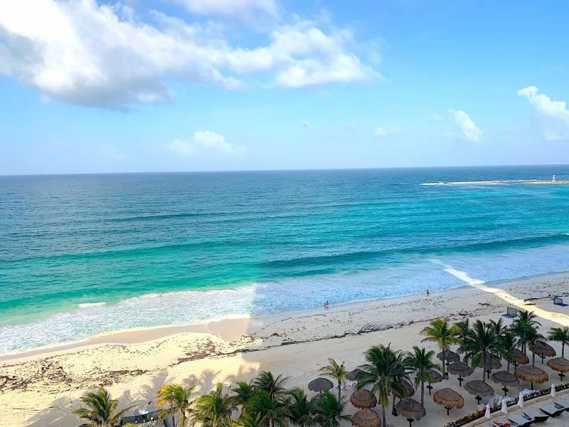 MLS-BRCA205  Condominio de lujo en esquina a la venta en Lahia Cancun  Hermosa residencia de lujo frente al mar en Lahia Spa Residences con vistas panorámicas del Caribe y la Laguna. Ubicado en la Zona Hotelera de Cancún a solo 12 minutos del aeropuerto, cerca de restaurantes y tiendas, pero lejos del ruido de la zona de antros.  Todas las recamaras tienen balcón von vista al mar o la laguna.  Ventanas de piso a techo lo que permite entrada de luz natural.  Elevador con acceso directo al condominio.  140 metros de frente de playa, con area de palapas y camastros.  Recamara principal con acceso a terraza con vista al mar.  Detalles de la propiedad: Sala Comedor Sala de tv Cocina integral de madera con cubierta de granito  Terraza con jacuzzi frente al mar Cuarto de lavado  Amenidades: cancha de tenis  alberca infinity gimnasio de dos pisos con vista al mar spa con jacuzzi y areas privadas de masaje area de juegos infantiles  Area para adolescentes seguridad con acceso controlados  elevadores  Snack bar Restaurante Centro de negocios Playa privada con mobiliario y palapas  3 Recamaras 3 Bańos completos Superficie: 292 m2  Precio: 1'600,000 USD  (30'400,000 PESOS)  Si quieres conocer esta y otras propiedades en la zona hotelera de Cancun, comunícate con nosotros y con gusto te asesoramos. 10