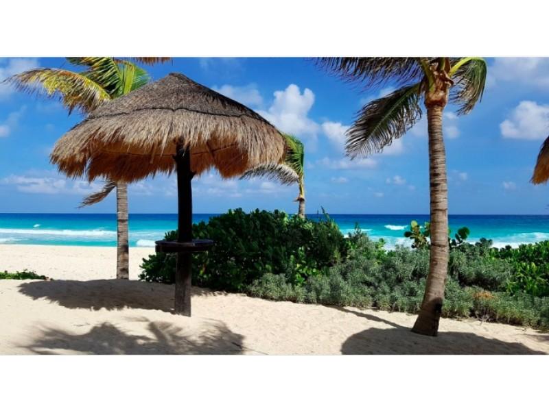 MLS-BRCA205  Condominio de lujo en esquina a la venta en Lahia Cancun  Hermosa residencia de lujo frente al mar en Lahia Spa Residences con vistas panorámicas del Caribe y la Laguna. Ubicado en la Zona Hotelera de Cancún a solo 12 minutos del aeropuerto, cerca de restaurantes y tiendas, pero lejos del ruido de la zona de antros.  Todas las recamaras tienen balcón von vista al mar o la laguna.  Ventanas de piso a techo lo que permite entrada de luz natural.  Elevador con acceso directo al condominio.  140 metros de frente de playa, con area de palapas y camastros.  Recamara principal con acceso a terraza con vista al mar.  Detalles de la propiedad: Sala Comedor Sala de tv Cocina integral de madera con cubierta de granito  Terraza con jacuzzi frente al mar Cuarto de lavado  Amenidades: cancha de tenis  alberca infinity gimnasio de dos pisos con vista al mar spa con jacuzzi y areas privadas de masaje area de juegos infantiles  Area para adolescentes seguridad con acceso controlados  elevadores  Snack bar Restaurante Centro de negocios Playa privada con mobiliario y palapas  3 Recamaras 3 Bańos completos Superficie: 292 m2  Precio: 1'600,000 USD  (30'400,000 PESOS)  Si quieres conocer esta y otras propiedades en la zona hotelera de Cancun, comunícate con nosotros y con gusto te asesoramos. 26