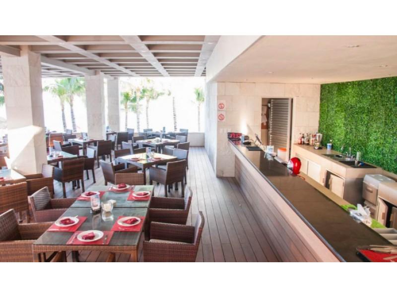 MLS-BRCA200  Condominio a la venta en Lahia Cancun  Hermosa residencia de lujo frente al mar en Lahia Spa Residences con vistas panorámicas del Caribe y la Laguna. Ubicado en la Zona Hotelera de Cancún a solo 12 minutos del aeropuerto, cerca de restaurantes y tiendas, pero lejos del ruido de la zona de antros.  Todas las recamaras tienen balcón von vista al mar o la laguna.  Ventanas de piso a techo lo que permite entrada de luz natural.  Elevador con acceso directo al condominio.  140 metros de frente de playa, con area de palapas y camastros.  Recamara principal con acceso a terraza con vista al mar.  Detalles de la propiedad: Sala Comedor Sala de tv Cocina integral de madera con cubierta de granito y accesorios de acero inoxidable. Terraza con jacuzzi frente al mar Cuarto de lavado  Amenidades: cancha de tenis  alberca infinity gimnasio de dos pisos con vista al mar spa con jacuzzi y areas privadas de masaje area de juegos infantiles  Area para adolescentes seguridad con acceso controlados  elevadores  Snack bar Restaurante Centro de negocios Playa privada con mobiliario y palapas  3 Recamaras 3 Bańos completos Superficie: 275 m2  Precio: 1'500,000 USD  (28'500,000 PESOS)  Si quieres conocer esta y otras propiedades en la zona hotelera de Cancun, comunícate con nosotros y con gusto te asesoramos.  14