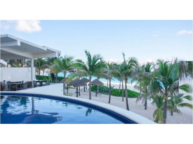 MLS-BRCA200  Condominio a la venta en Lahia Cancun  Hermosa residencia de lujo frente al mar en Lahia Spa Residences con vistas panorámicas del Caribe y la Laguna. Ubicado en la Zona Hotelera de Cancún a solo 12 minutos del aeropuerto, cerca de restaurantes y tiendas, pero lejos del ruido de la zona de antros.  Todas las recamaras tienen balcón von vista al mar o la laguna.  Ventanas de piso a techo lo que permite entrada de luz natural.  Elevador con acceso directo al condominio.  140 metros de frente de playa, con area de palapas y camastros.  Recamara principal con acceso a terraza con vista al mar.  Detalles de la propiedad: Sala Comedor Sala de tv Cocina integral de madera con cubierta de granito y accesorios de acero inoxidable. Terraza con jacuzzi frente al mar Cuarto de lavado  Amenidades: cancha de tenis  alberca infinity gimnasio de dos pisos con vista al mar spa con jacuzzi y areas privadas de masaje area de juegos infantiles  Area para adolescentes seguridad con acceso controlados  elevadores  Snack bar Restaurante Centro de negocios Playa privada con mobiliario y palapas  3 Recamaras 3 Bańos completos Superficie: 275 m2  Precio: 1'500,000 USD  (28'500,000 PESOS)  Si quieres conocer esta y otras propiedades en la zona hotelera de Cancun, comunícate con nosotros y con gusto te asesoramos.  17