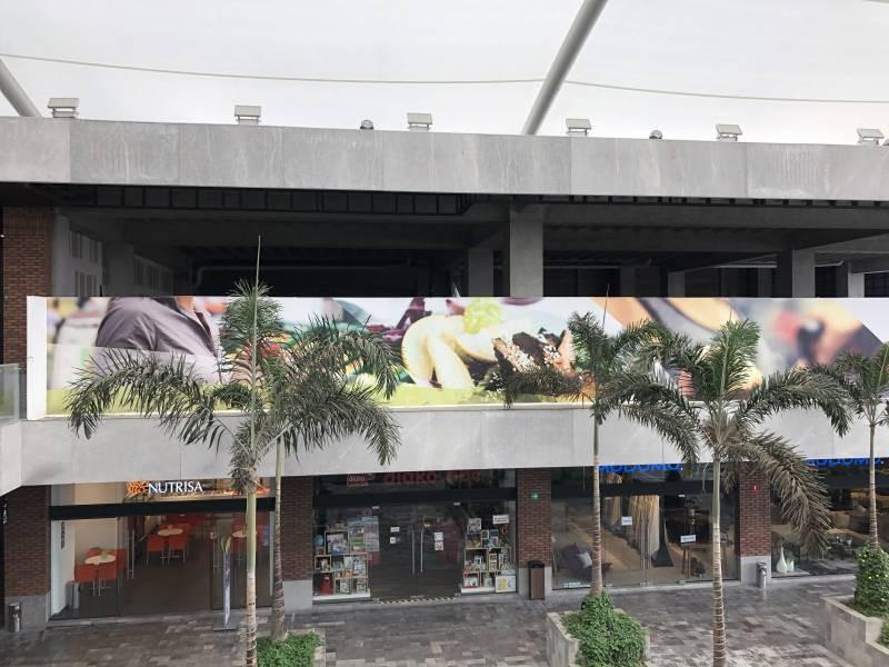El mejor desarrollo comercial al sur de Guadalajara le ofrece a tu marca exclusivos espacios. Urban Center es un centro comercial que alberga cincuenta locales comerciales, cuenta con estacionamiento descubierto y en sótano, ademas importantes marcas como: Office Max, Petco, Toks, Fresko, Cinepolis, Telcel, Sonora Grill, Starbucks,Chuck E Cheese, Juguetibici, Liberías Gonvill, Nutrisa, por mencionar algunas. Urban Center recibe en promedio 100 mil autos mensuales y también alberga un complejo de oficinas que pudieran ser clientes cautivos para tu marca. 5