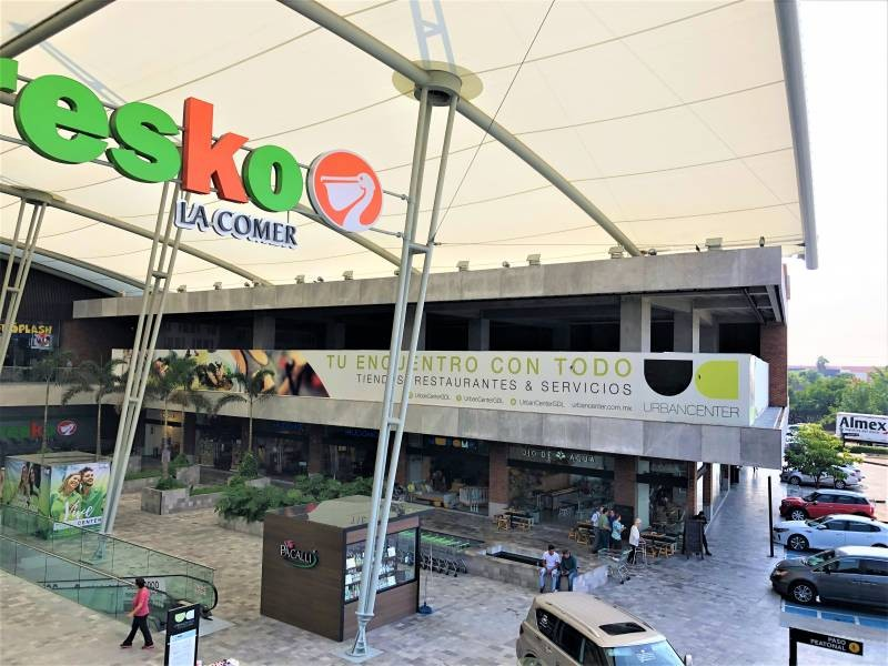 El mejor desarrollo comercial al sur de Guadalajara le ofrece a tu marca exclusivos espacios. Urban Center es un centro comercial que alberga cincuenta locales comerciales, cuenta con estacionamiento descubierto y en sótano, ademas importantes marcas como: Office Max, Petco, Toks, Fresko, Cinepolis, Telcel, Sonora Grill, Starbucks,Chuck E Cheese, Juguetibici, Liberías Gonvill, Nutrisa, por mencionar algunas. Urban Center recibe en promedio 100 mil autos mensuales y también alberga un complejo de oficinas que pudieran ser clientes cautivos para tu marca. 12