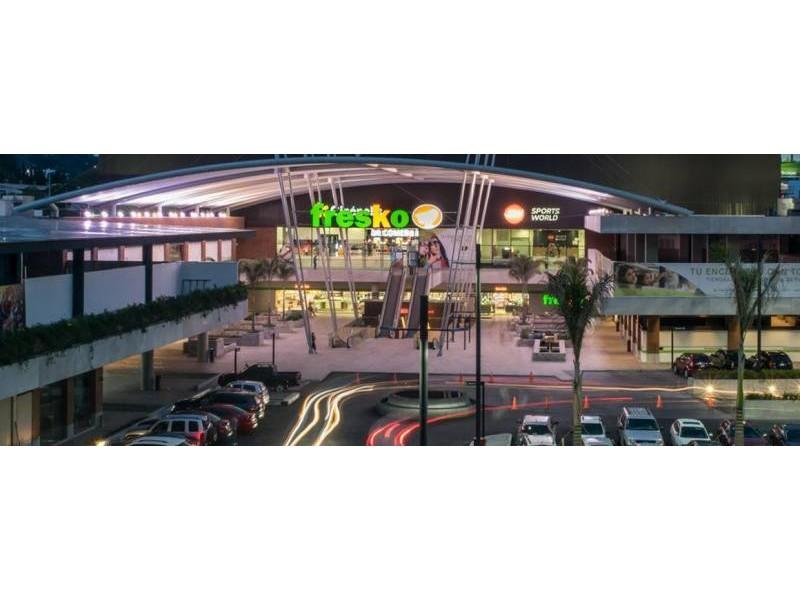 El mejor desarrollo comercial al sur de Guadalajara le ofrece a tu marca exclusivos espacios. Urban Center es un centro comercial que alberga cincuenta locales comerciales, cuenta con estacionamiento descubierto y en sótano, ademas importantes marcas como: Office Max, Petco, Toks, Fresko, Cinepolis, Telcel, Sonora Grill, Starbucks,Chuck E Cheese, Juguetibici, Liberías Gonvill, Nutrisa, por mencionar algunas. Urban Center recibe en promedio 100 mil autos mensuales y también alberga un complejo de oficinas que pudieran ser clientes cautivos para tu marca. 17