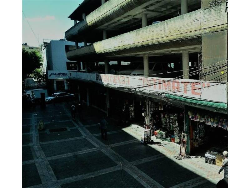BODEGA O LOCAL COMERCIAL EN EL CENTRO DE GUADALAJARA Ideal para bodega o comercio. Se encuentra en el segundo nivel, plaza con estacionamiento, tiene de construcción 1115 m2 y de terreno 713 m2, ubicado en Av. Juárez a media cuadra de La Calzada Indepedencia. 1