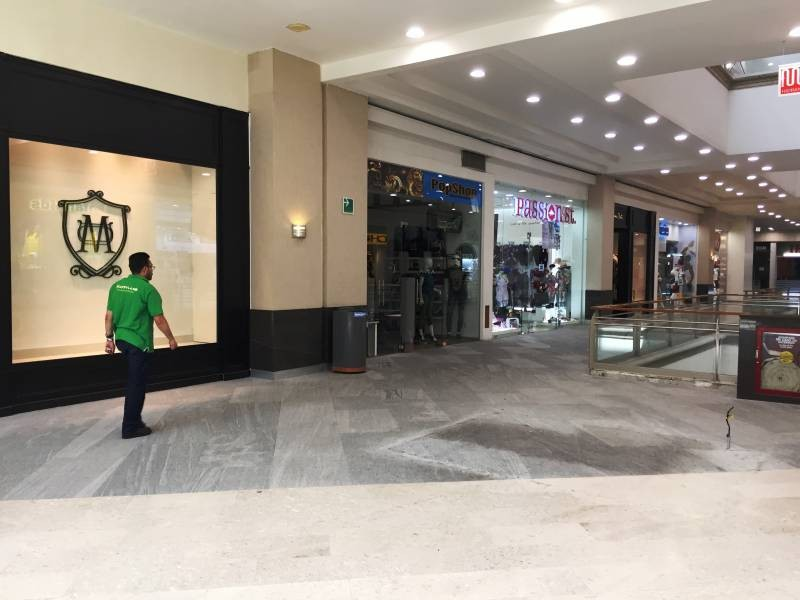 Local comercial en la Gran Plaza, ubicado en el primer piso, a un lado de Massimo dutti. El local cuenta con área abierta, medio baño y tiene un mezzanine de 40m aproximadamente. 6