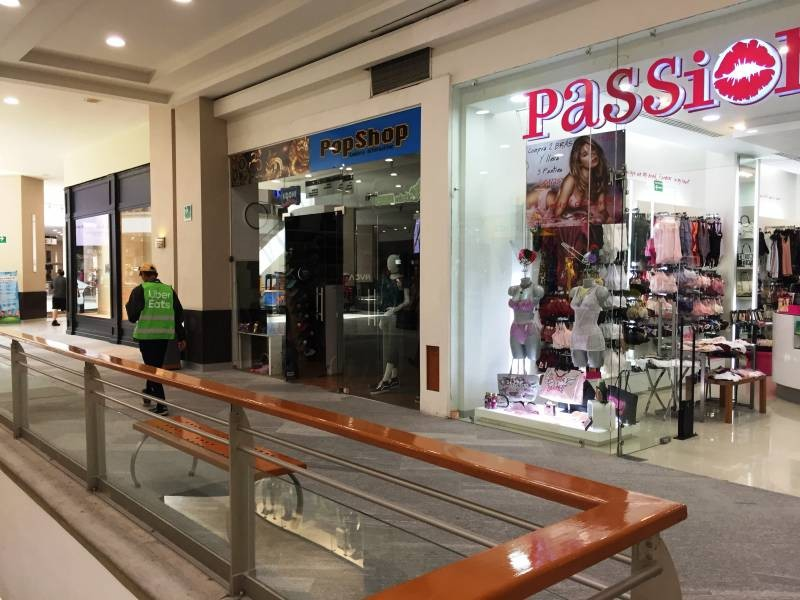 Local comercial en la Gran Plaza, ubicado en el primer piso, a un lado de Massimo dutti. El local cuenta con área abierta, medio baño y tiene un mezzanine de 40m aproximadamente. 8