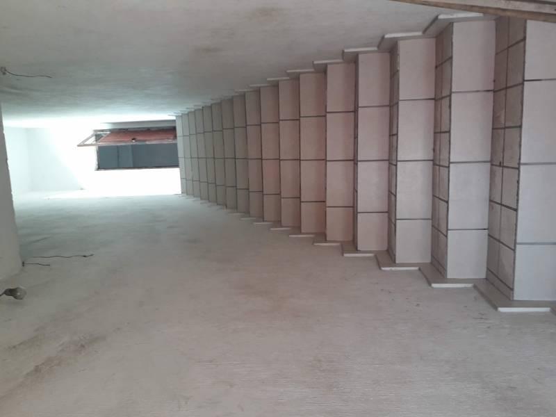 Local de 220m2, dentro de mercado Patria a 2 cuadras de Av. Colón. Actualmente funcionando.  Con opción a crecer otros 220m2 en la planta alta. 4