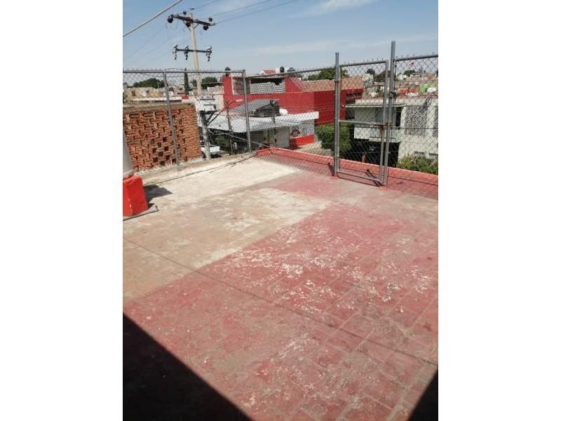 Local magnífico con departamento en planta alta, cerca del mercado Felipe ángeles. Zona comercial.  Citas: 3647-3232 y 331398-8570 y 333026-1943.  Frente: 6.55 m2 Citas: 3647-3232           331398-8570        y 333026-1943 22