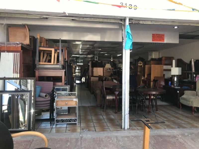 Excelente local comercial en Venta en Residencial La Cruz, Guadalajara. Cuenta con 2 locales, en planta baja cuenta con 2 cortinas, amplio espacio y medio baño. En planta alta, cuenta con amplio espacio, baño para hombres y baño para mujeres. El local mide 7 x 20, son 140m2 aprox.  En excelente ubicación, sobre avenida comercial, Av. Cruz del Sur, cerca de Av. López de Legazpi, Av. Rosario Castellanos, Av. Faro, Av. Topacio, Av. Isla Raza, Av. Isla Gomera.  1