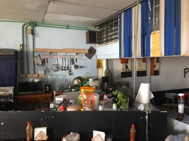 Excelente local comercial en Venta en Residencial La Cruz, Guadalajara. Cuenta con 2 locales, en planta baja cuenta con 2 cortinas, amplio espacio y medio baño. En planta alta, cuenta con amplio espacio, baño para hombres y baño para mujeres. El local mide 7 x 20, son 140m2 aprox.  En excelente ubicación, sobre avenida comercial, Av. Cruz del Sur, cerca de Av. López de Legazpi, Av. Rosario Castellanos, Av. Faro, Av. Topacio, Av. Isla Raza, Av. Isla Gomera.  2