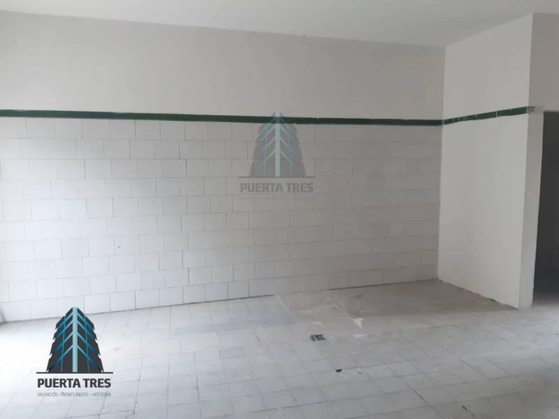 Ubicada sobre la calle Alcatraz, cuenta con área libre de local con cortina metálica, espacio para medio baño y jardín posterior donde se puede continuar la construcción. Cuenta con constancia de posesión, no aplican créditos, únicamente de contado. 3