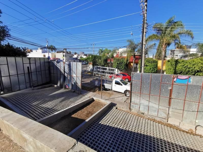Los locales se encuentran en la planta baja de un complejo de 39 departamentos de primer nivel en una de las mejores zonas de Guadalajara.   Cada local con vista a terrazas exteriores, ciclo-puerto, terraza, áreas verdes. Así mismo los locales cuentan con 12 lugares de estacionamiento.   Características:  Local 1: Precio de Renta $96,000.  Oportunidad de Venta $11,629,000 más IVA. 33.35 mts de frente.  189.74 m2 techados más 142.35 m2 de terraza, área total: 332.09 m2. Altura 4.90 mts.  Local 2: Precio de Renta $46,000. Oportunidad de Venta $5,607,000 más IVA. 9.90 mts de frente.  115.20 m2 techados más 30.43 m2 de terraza, área total: 145.63 m2. Altura 4.90 mts.  Se entregan en obra gris con salidas hidráulicas - sanitarias y eléctricas. Muros de concreto celular y piso firme de concreto.    Se analizan propuestas de financiamiento directo y aceptamos créditos bancarios 9